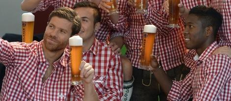 Xabi Alonso disfruta de una cerveza con sus compañeros del Bayern de Munich