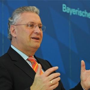 Der bayerische Innenminister Joachim Herrmann will seinen Kurs in der Asylpolitik verschärfen.  Foto: dpa