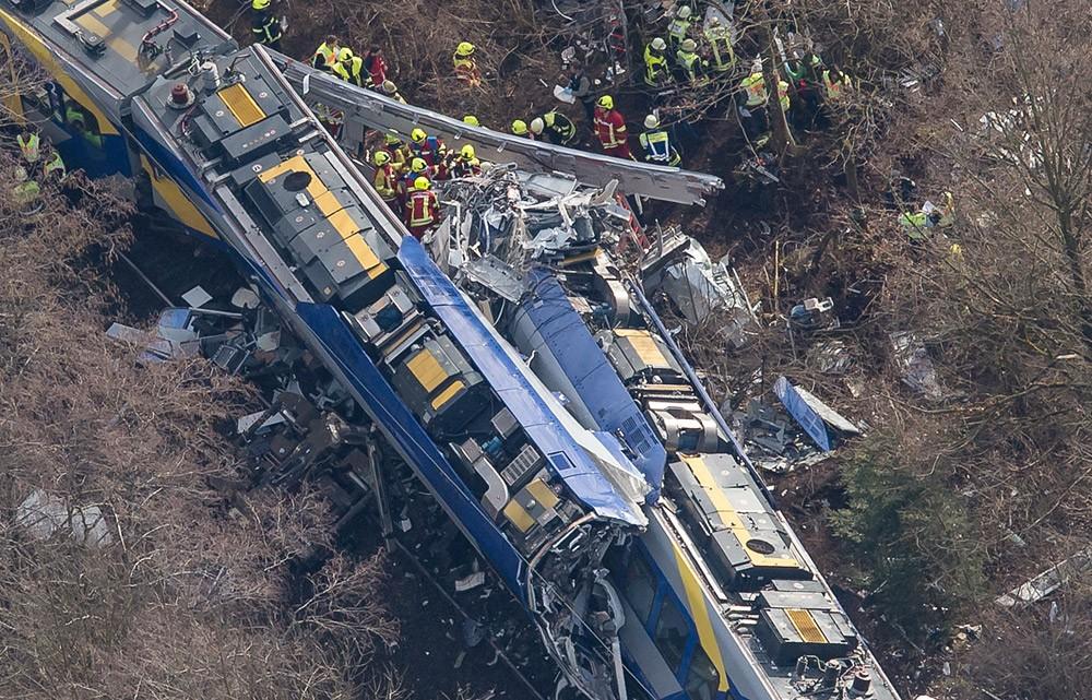 Choque entre trens na Bavária, na Alemanha (Foto: Peter Kneffel/AP)