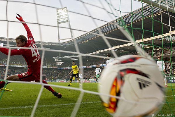 Der Ball zappelt nach Mkhitaryans Schuss im Bremer Netz