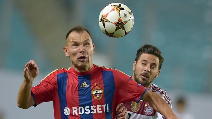 Claudio Pizarro im Zweikampf mit Sergej Ignaschewitsch von ZSKA Moskau.