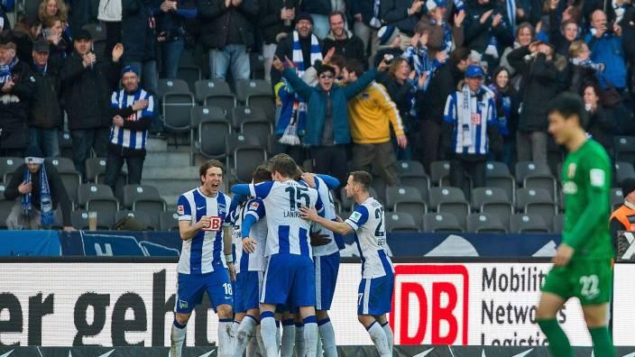 Mannschafts und Fans bejubeln das 1:0 durch Kalou (Foto: lus hak)
